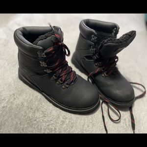 Ozark Trail Outdoor Equipment boots size 7. 3M thinsulate, water resistant.